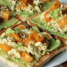 Toast met avocado en roerei