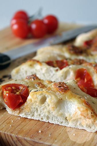 Focaccia met tomaatjes en mozarella | HandmadeHelen