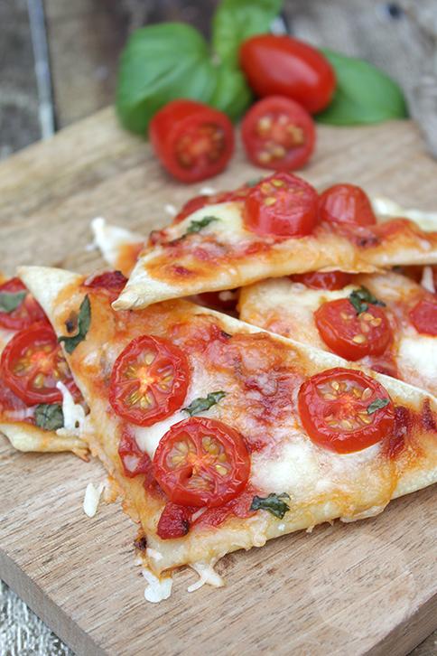 Caprese pizza driehoekjes | HandmadeHelen