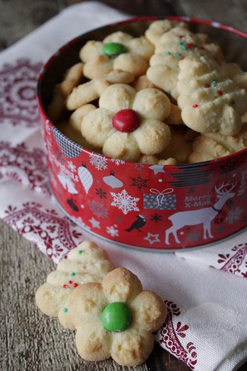 Sprits koekjes met een koekjespers | HandmadeHelen